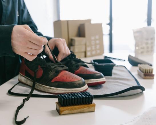 Tháo dây giày và chà sơ lớp bụi bẩn