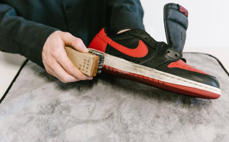 Vệ sinh phần đế giày