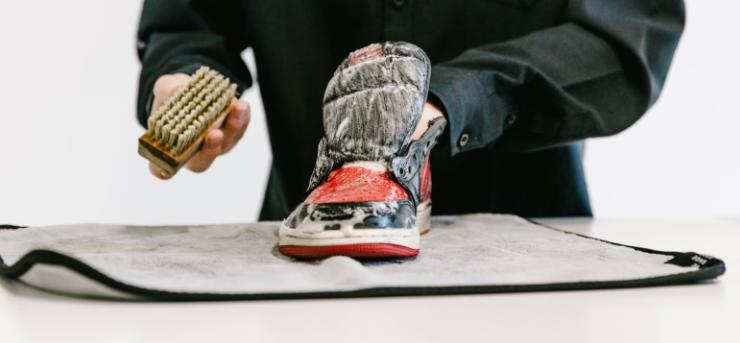 Vệ sinh phần thân giày