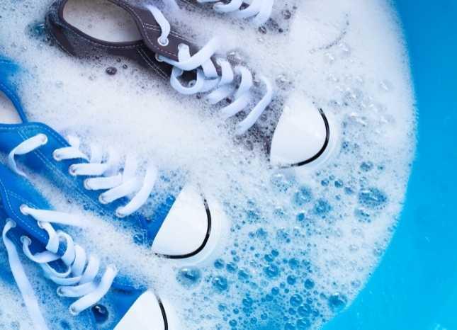Chà giày bằng xà phòng và nước sạch