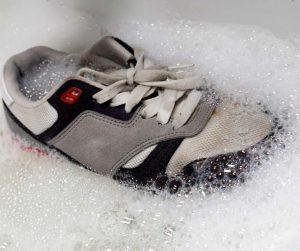 Nên giặt giày ngay khi dính bùn đất