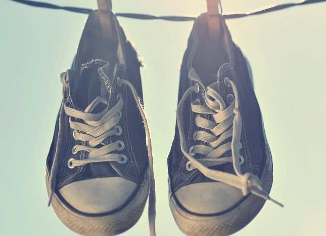 Phơi giày nơi khô ráo tránh ánh nắng trực tiếp