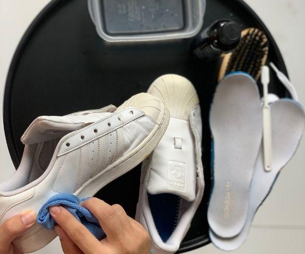 Dùng khăn khô lau giày để loại bỏ bụi bẩn
