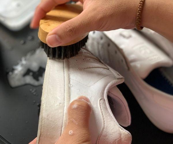 Vệ sinh đế và mũi giày