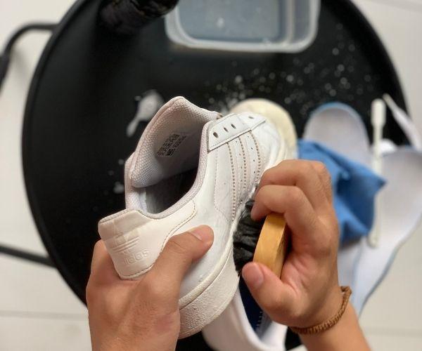 vệ sinh phần da giày