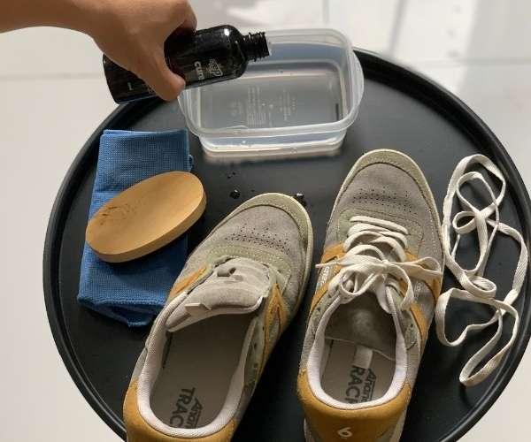 Cho dung dịch vệ sinh giày vào pha với nước sạch