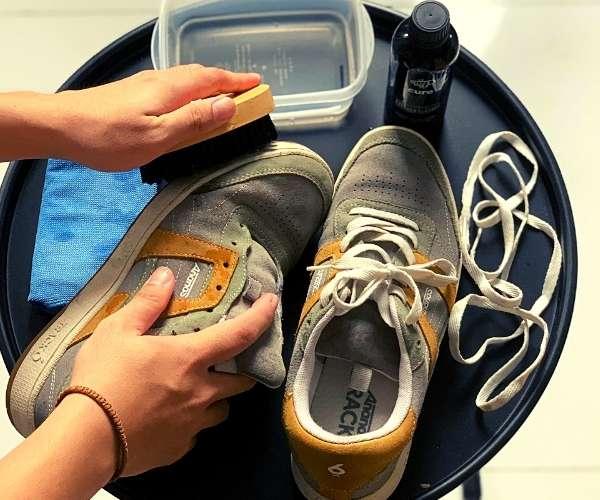 Tiến hành chà giày từ phần đế đến phần thân và bên trong giày