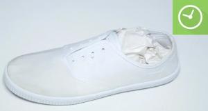 Nhét giấy báo vào trong giày để hút ẩm và để khô trong không khí